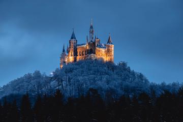 Burg Hohenzollern im Winter, beleuchtet