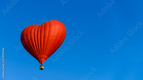 Poster Montgolfière / Dirigeable balloon heart on blue sky background symbol of love and romance