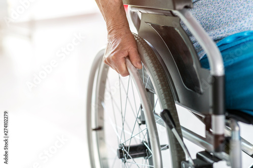 Photo Unrecognizable senior person sitting in wheelchair