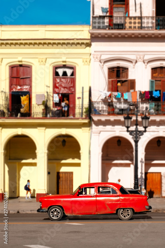 Foto op Aluminium Havana Classic car and colorful buildings in Old Havana