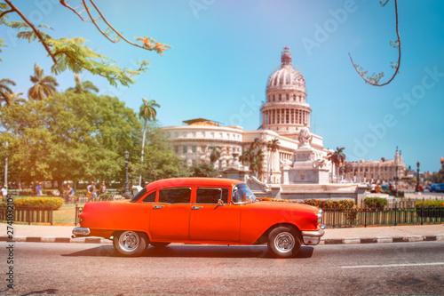 Papiers peints La Havane Antique american car next to the Capitol in Havana