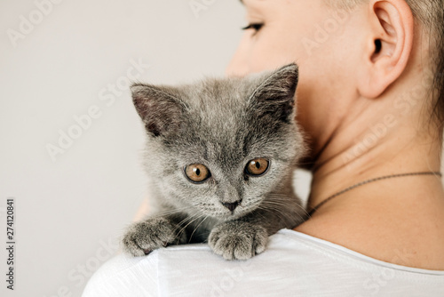 Fotomural  Beautiful young woman with cute cat resting at home