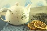 bialy dzbanek z herbatą na śniadanie