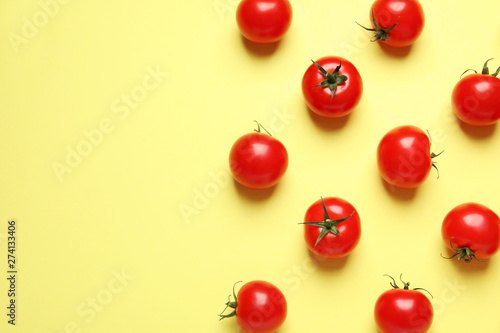 Fotografía  Flat lay composition with cherry tomatoes on color background