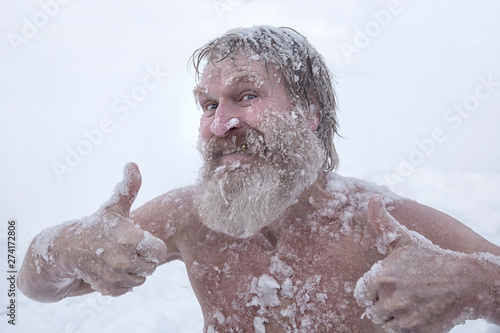 Foto Bearded man, after bathing in the snow