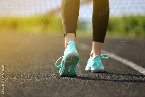 Photo  Sporty young woman running at the stadium