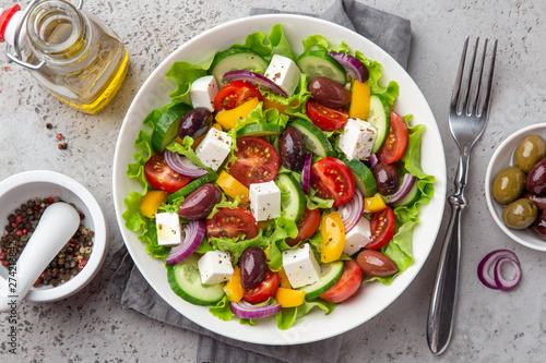 Papel de parede fresh greek salad ( tomato, cucumber, bel pepper, olives  and feta cheese) in wh