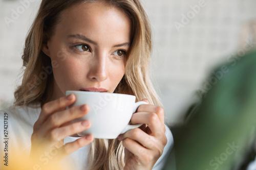 Foto auf Leinwand Kaffee Close up of a beautiful young blonde woman