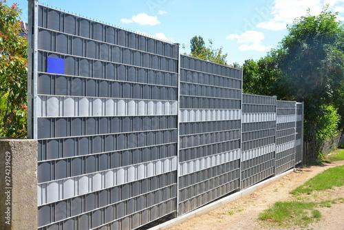 Photo Verzinkter Stahlgitterzaun mit Kunststoff-Sichtschutzfolie als Einfriedung um de