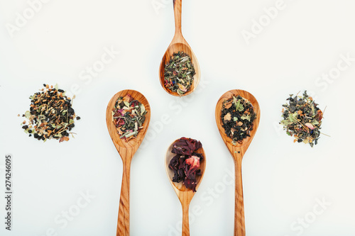 Foto op Canvas Kruiden leaf tea in a wooden spoon isolated on white background