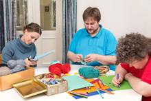 Gruppe Mit Geistig Behinderten Frau Basteln Gemeinsam