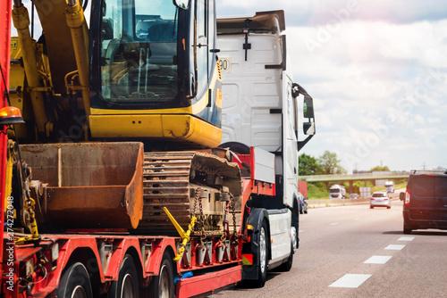 convoi exceptionnel transportant une grue sur l'autoroute Fototapete
