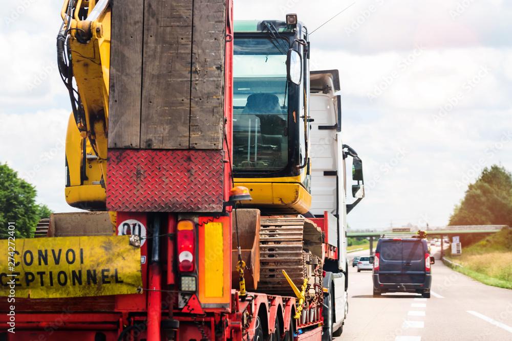 Fototapety, obrazy: convoi exceptionnel transportant une grue sur l'autoroute