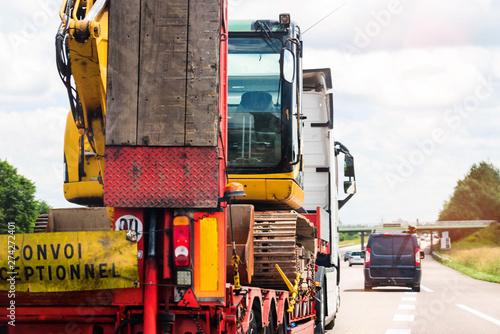 convoi exceptionnel transportant une grue sur l'autoroute