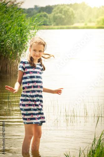 Fototapeta Dziewczynka w wodzie obraz