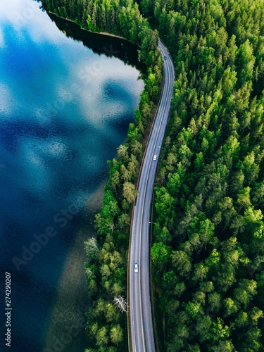 La pose en embrasure Bleu nuit Aerial view of road between green forest and blue lake in Finland
