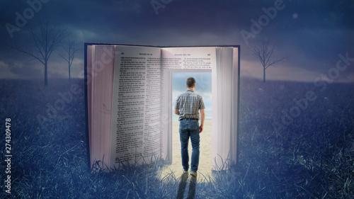 Der Dunkelheit durch eine Bibel entfliehen Fototapete