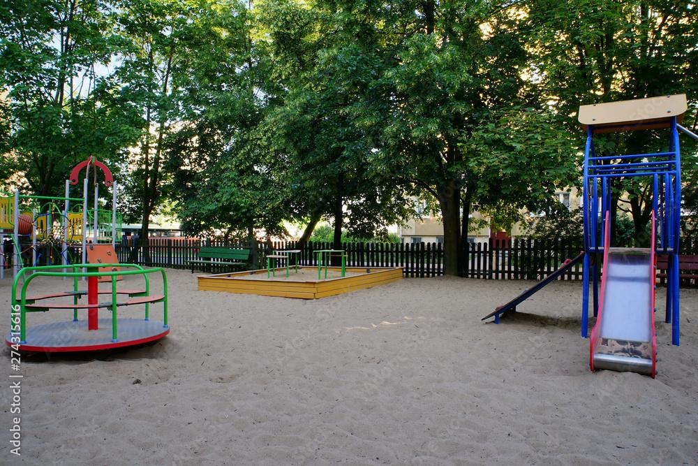Fototapeta pusty plac zabaw na poznańskim osiedlu - obraz na płótnie
