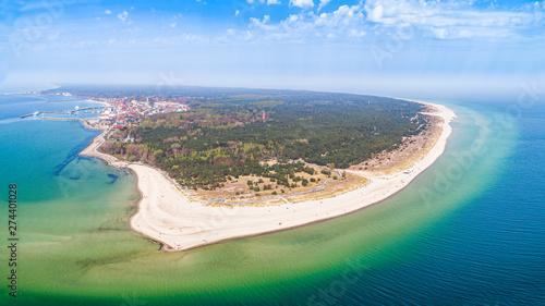 Foto auf Leinwand Olivgrun Półwysep Helski - panoram z lotu ptaka. Plaże na helu i miasto w oddali. Krajobraz morski z zamglonym horyzontem.