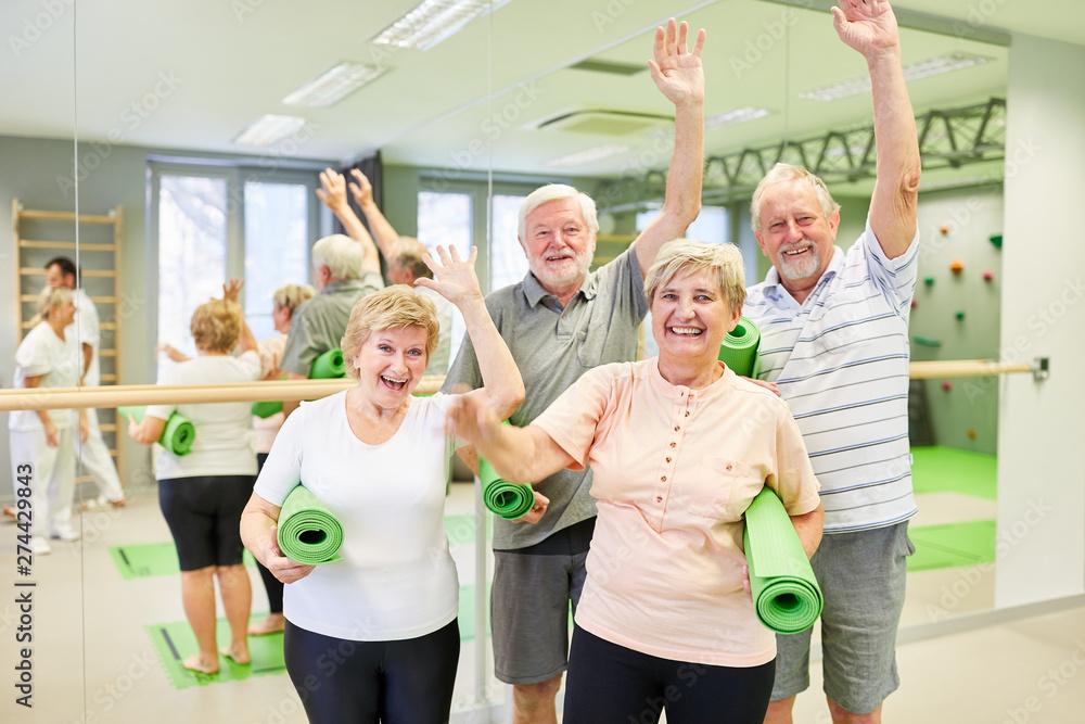 Fototapety, obrazy: Gruppe Senioren hat Spaß zusammen im Sportstudio