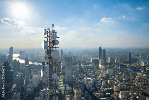 Telecommunication tower with 5G cellular network antenna on city background Fototapete