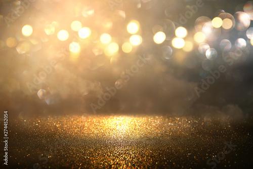 Stampa su Tela  glitter vintage lights background. gold and black. de-focused.