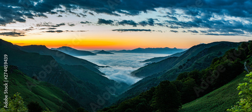 Foto op Plexiglas Panoramafoto s Nebel über dem Tal