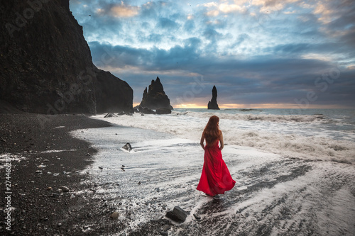 Montage in der Fensternische Grau Verkehrs Iceland landscape black beach girl rocks diamonds ice iceberg