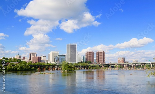 Photo  Richmond Virginia city skyline along the James River