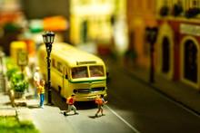 Schulbus Mit Schülern Miniatur