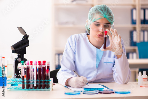 Fotografía  Young female chemist working in the lab