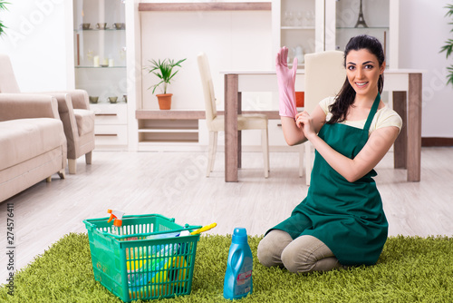 Photographie Young female contractor doing housework
