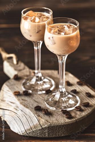 Two Glasses Of Irish Cream Liqueur Fototapete