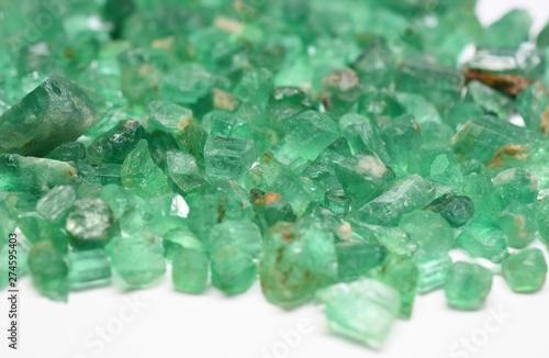 Photo emerald raw gemstones