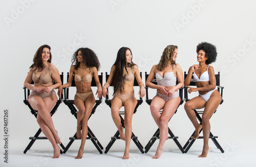 Photo Group of women with different body and ethnicity posing together to show the woman power and strength