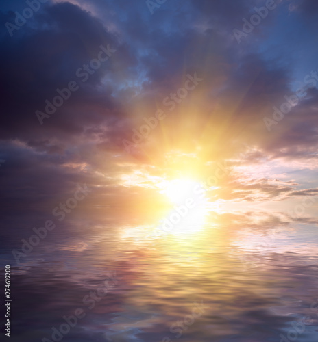 The last rays of the sun dramatic sunset of all colors of the rainbow on the background of the waves Canvas-taulu