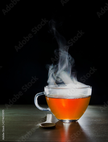 Autocollant pour porte The glass cup with tea infusion, on black background with label to write text