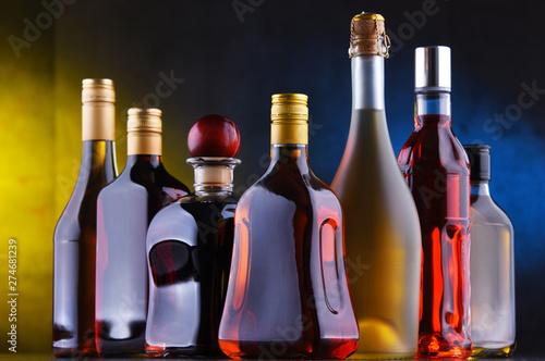 Fotografía  Bottles of assorted alcoholic beverages.