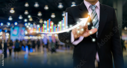 Pinturas sobre lienzo  businessman pointing graph and arrow concept development to success growing annu