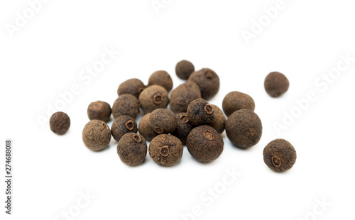 Tela Scattered allspice isolated on white background