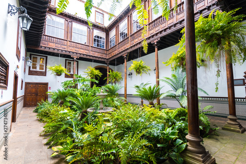 Photo beautiful garden inside colonial houses in tenerife