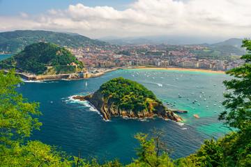 Pogled iz zraka na tirkiznu uvalu San Sebastiana ili Donostije s plažom La Concha, Baskija, Španjolska