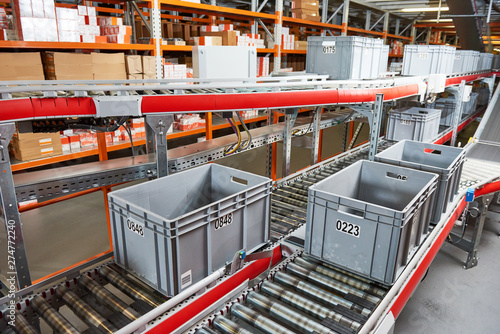 Canvastavla  Automated warehouse. Boxes with spare parts moving on conveyer