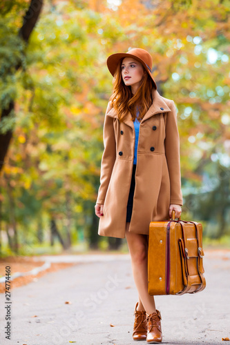 Fotografía photo of beautiful young woman with suitcase on the wonderful autumn park backgr