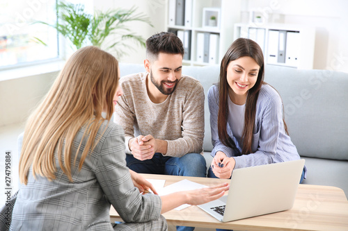Fotografia Young couple in office of real estate agent