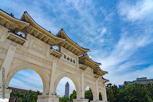 Fotomural  The main gate of National Taiwan Democracy Memorial Hall ( National Chiang Kai-shek Memorial Hall ) The Chinese archways are located on Liberty Square