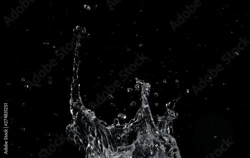 Valokuva  Salpicaduras de agua sobre fondo negro