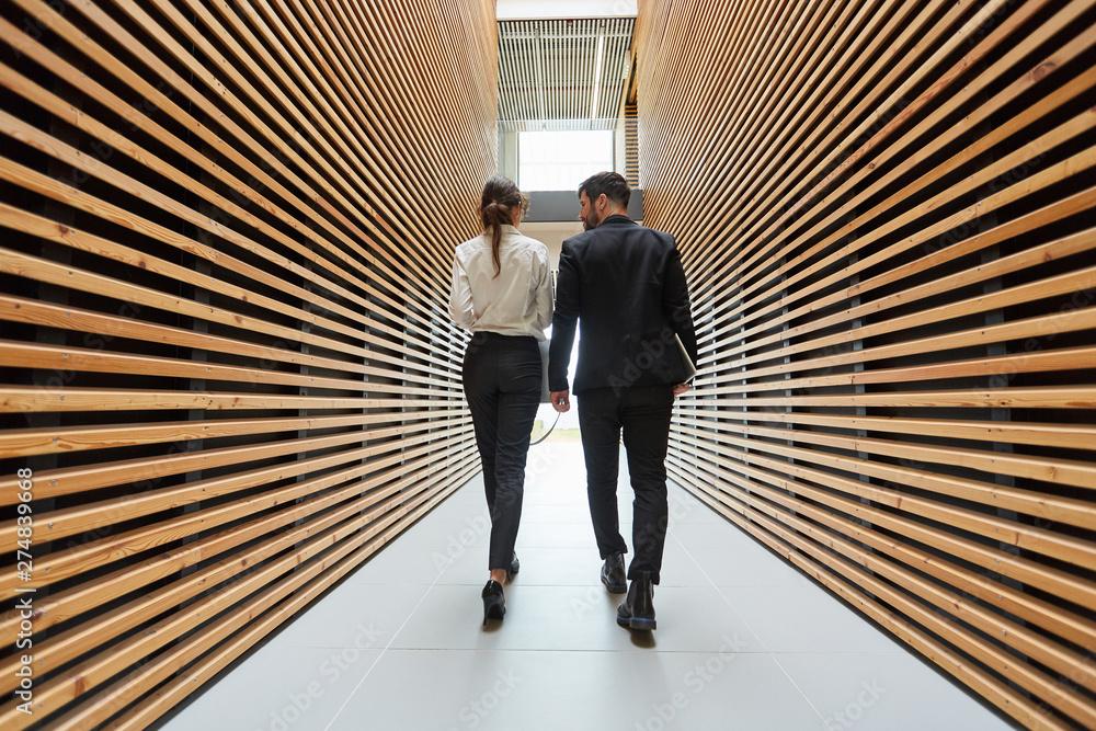 Fototapeta Zwei Geschäftsleute im modernen Büro