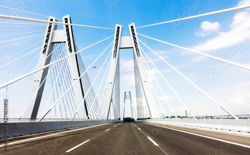 Photo sur Aluminium Ponts Sunspension bridge with empy road on the blue sky.