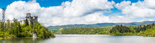 Foto  Wide panoramic view over Niedzica castle, Czorsztyn lake and landscape , Poland